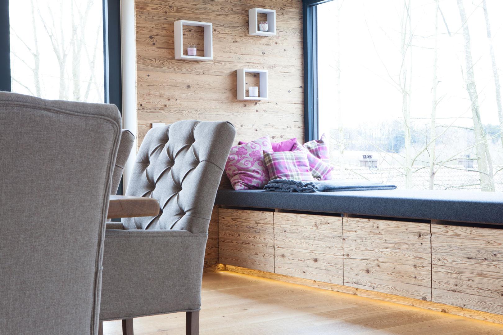 Esszimmer in Altholzoptik mit Couchplatz