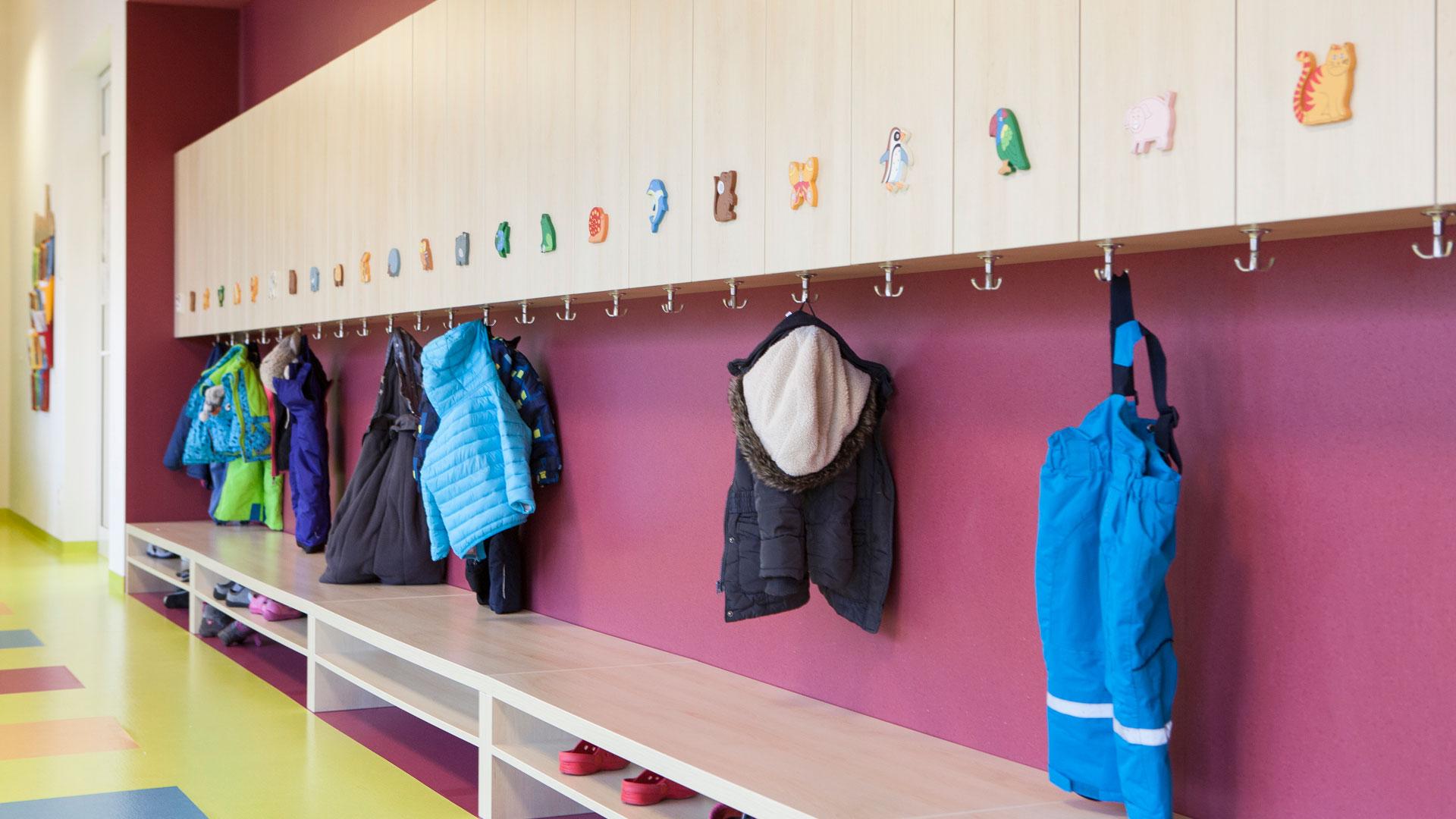 Einrichtung f r einen kindergarten 1382 schreinerei for Garderobe kindergarten
