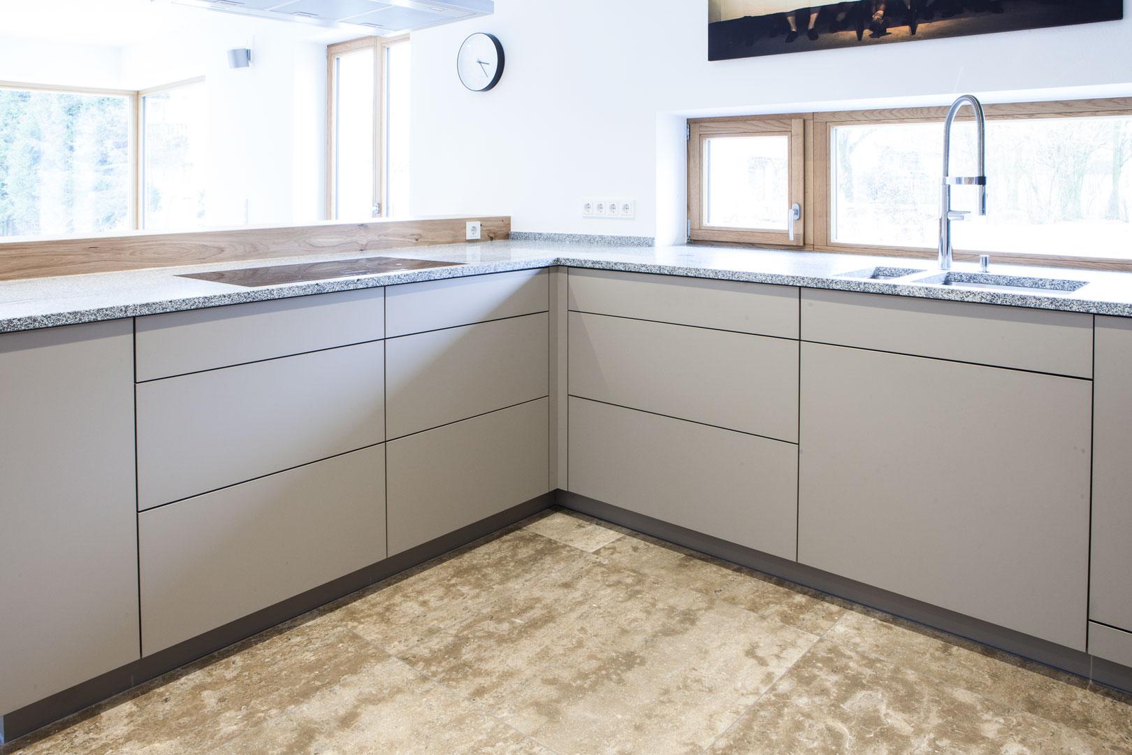 ... Küche In Grau Mit Frühstückstresen Aus Massivem Holz ...