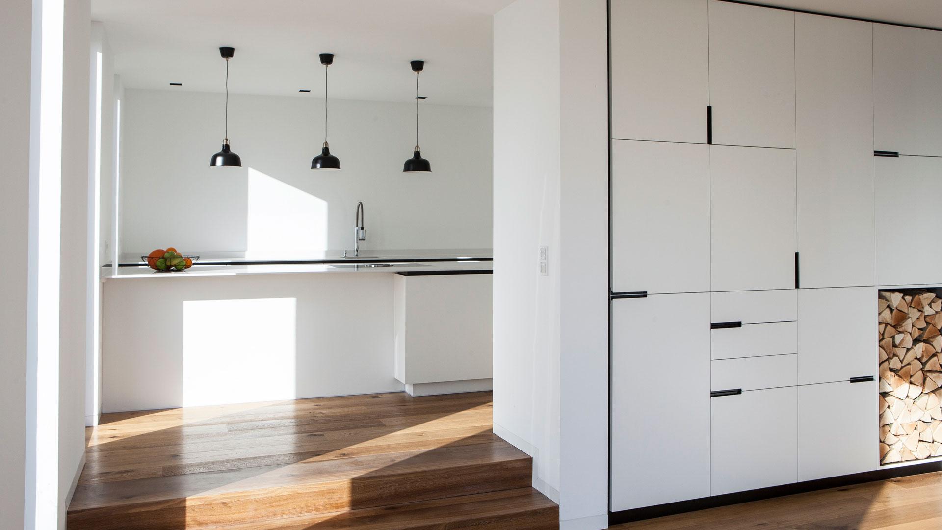 Moderne große Küche in weiß