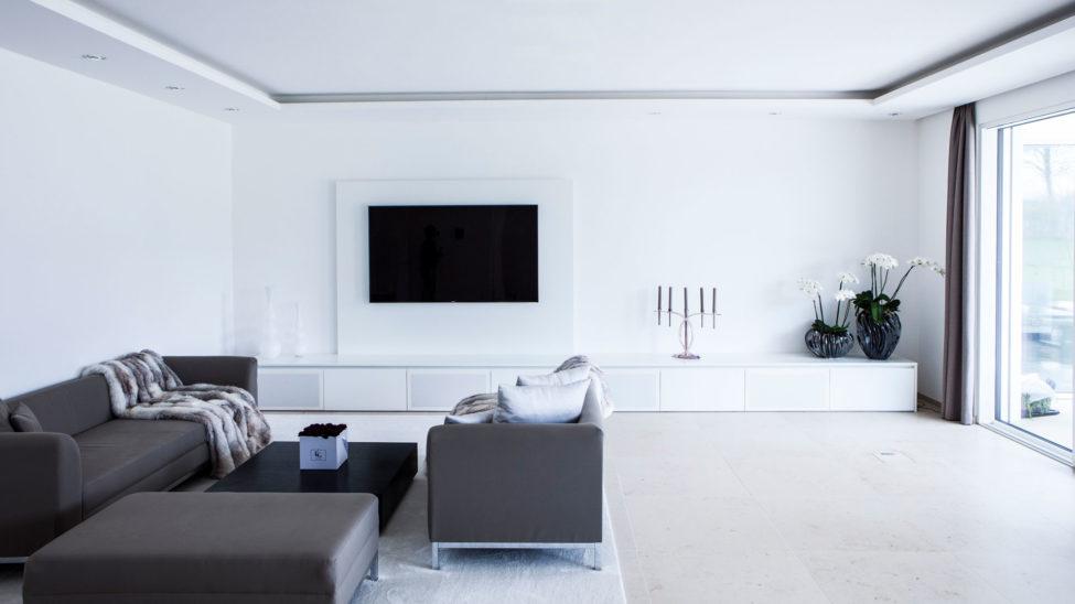 wohnzimmer in wei mit groem tv schrank und integriertem soundsystem - Wohnzimmer Tv